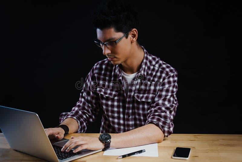 Programmierer im Büro, das an dem Computer arbeitet stockbilder