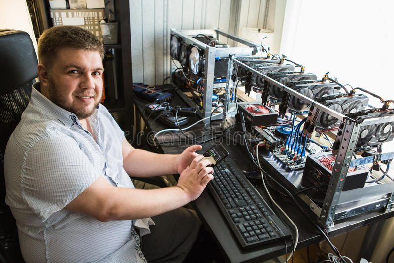 Programmierer konfiguriert Hardware für bitcoin Bergbau lizenzfreie stockfotos