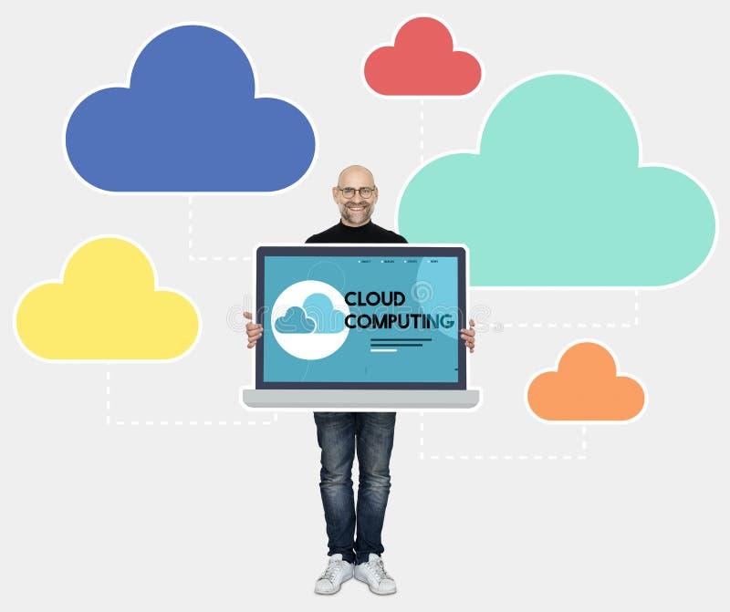 Programmierer mit einem Datenverarbeitungsprogramm der Wolke lizenzfreie stockfotos