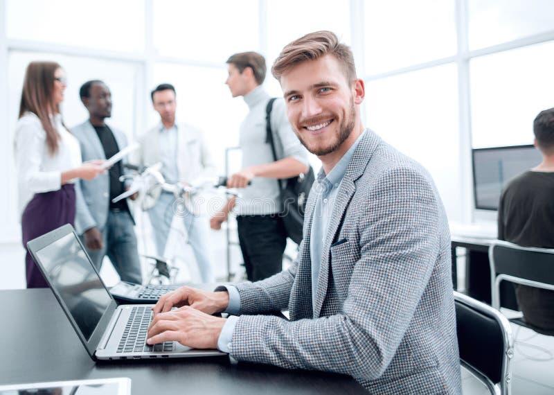 Programmierer prüft den Laptop im Büro lizenzfreie stockfotos