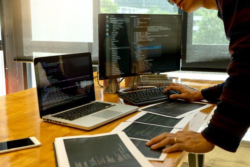 Programmiererarbeit mit sich entwickelnden Programmierung lizenzfreie stockbilder