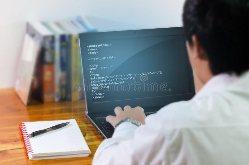 Programmiererkodierung im Computer lizenzfreie stockbilder