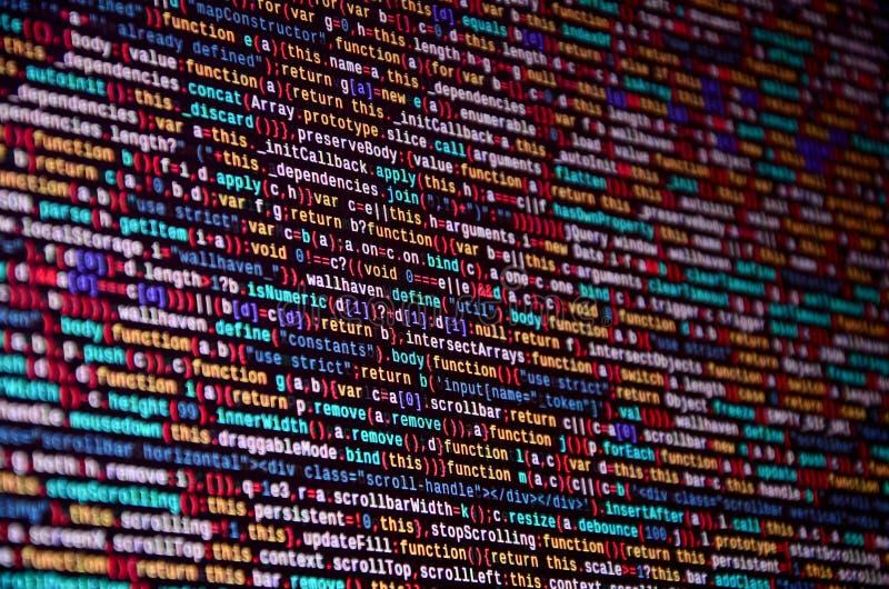 Programvarubärare som programmerar kod på datoren Abstrakt kod för datorskriftkälla arkivbilder