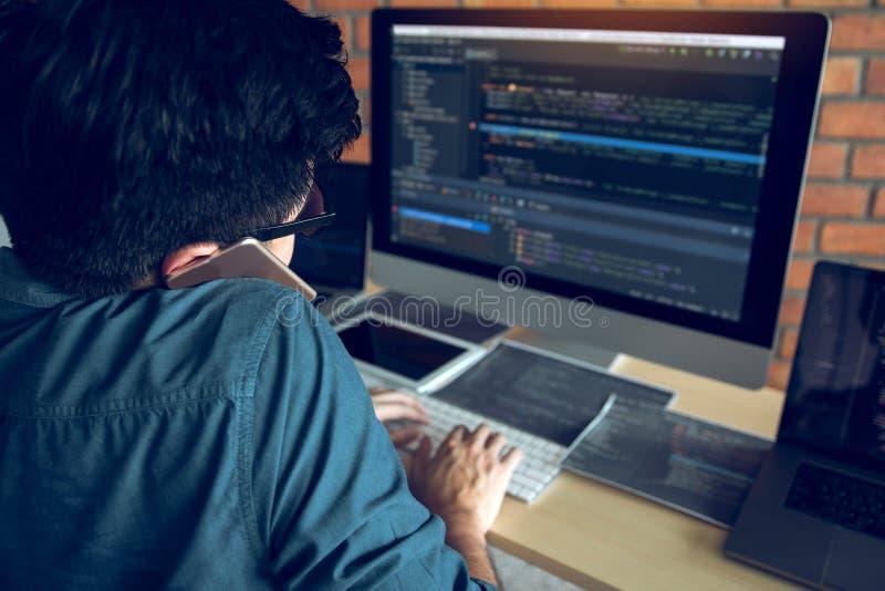 Programvaruutvecklare är upptagna med att skapa system och kalla partners att samarbeta royaltyfri bild