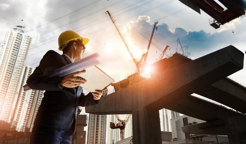 Progreso supervisor del encargado del ingeniero de construcción de BTS Statio fotos de archivo