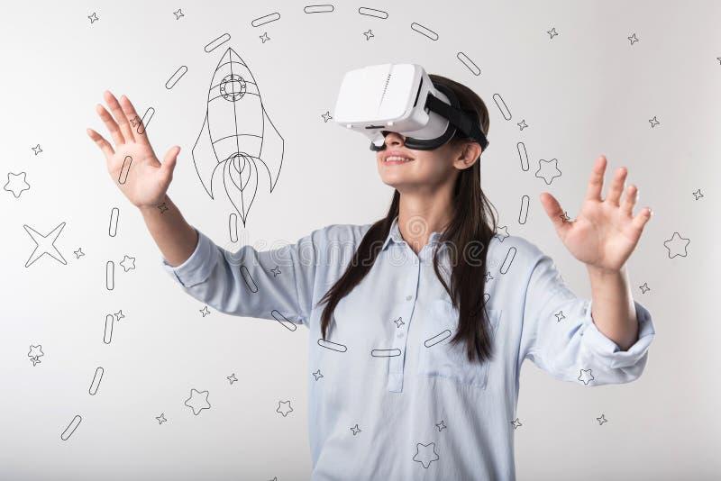 Progressiv imponerad kvinnakänsla, medan bära virtuell verklighetexponeringsglas arkivfoto