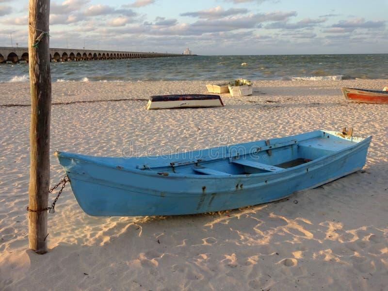 Progresso海滩和小船在日落 库存照片