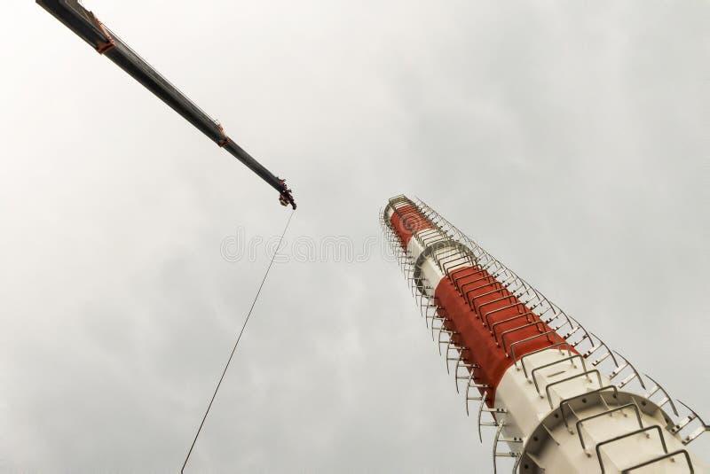Progresso da ereção da torre da telecomunicação ou monopole fotos de stock