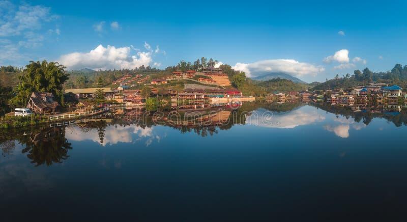 Prohíba el pueblo tailandés cerca del lago, un acuerdo chino de Rak en Pai, Mae Hong Son fotos de archivo