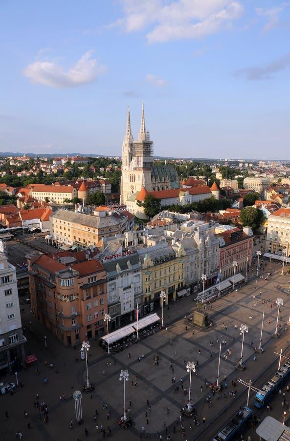 Prohíba la opinión aérea del cuadrado y de la catedral de Jelacic en Zagreb fotos de archivo