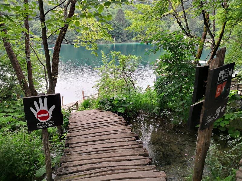 Prohibido para caminar a lo largo de esta calzada de madera en los lagos Plitvice imagen de archivo