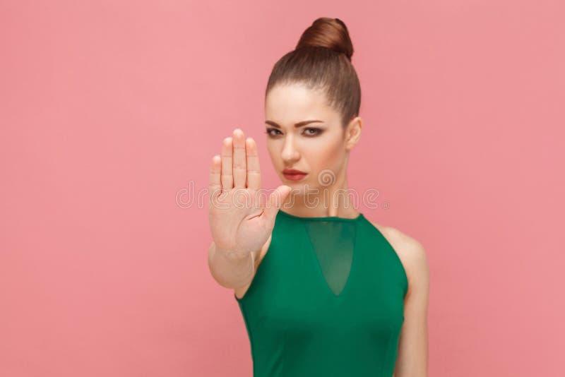 Proibição da mão, não! Mulher que mostra a mão, sinal da parada imagens de stock