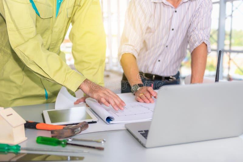 Proietti il management team degli ingegneri e dei achitects che spianano per la n fotografie stock libere da diritti
