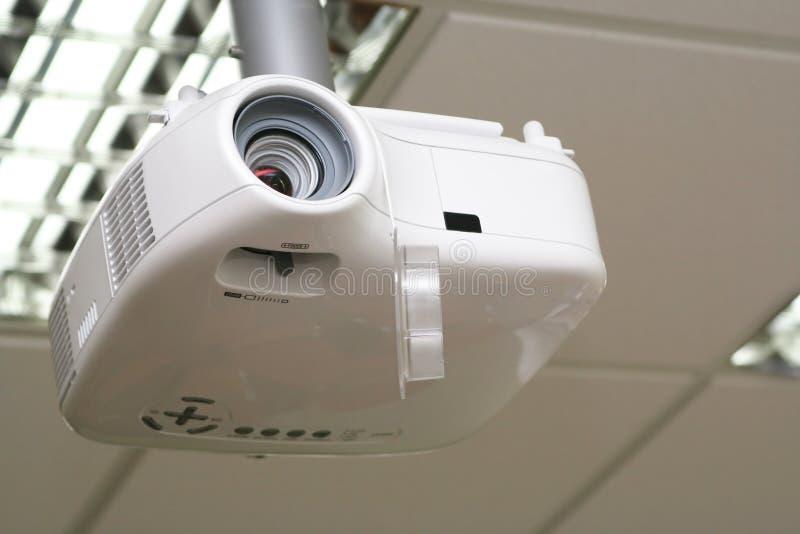 Proiettore ambientale nell'ambito del soffitto in sala del consiglio fotografie stock