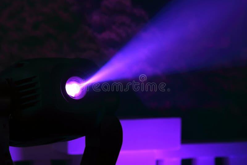 Proiettore di colore per illuminare incandescenza nello scuro immagine stock libera da diritti