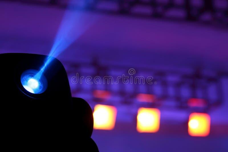 Proiettore di colore per illuminare incandescenza nello scuro fotografia stock
