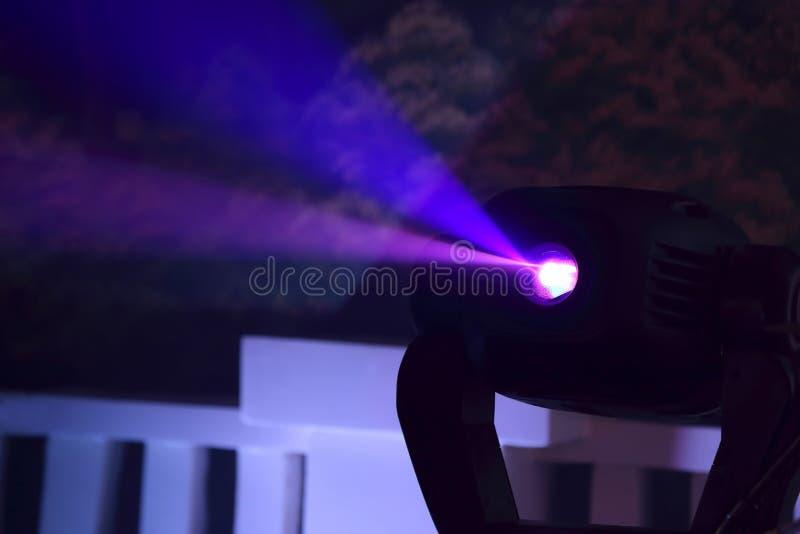Proiettore di colore per illuminare incandescenza nello scuro fotografia stock libera da diritti