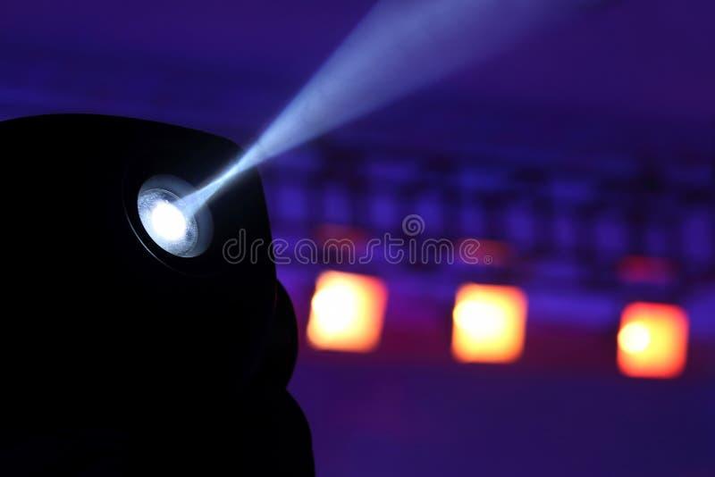 Proiettore di colore per illuminare incandescenza nello scuro immagini stock libere da diritti