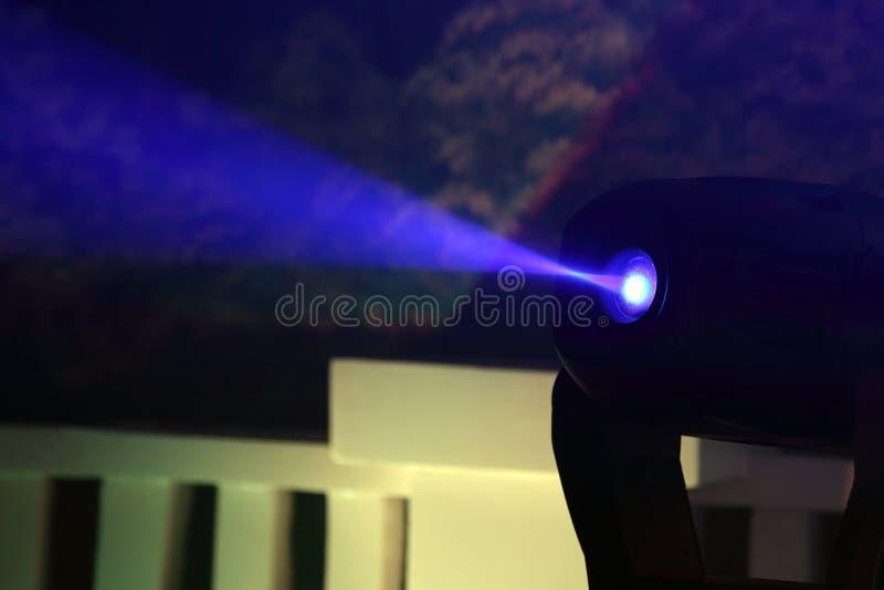 Proiettore di colore per illuminare incandescenza nello scuro fotografie stock libere da diritti