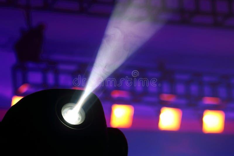 Proiettore di colore per illuminare incandescenza nello scuro immagine stock