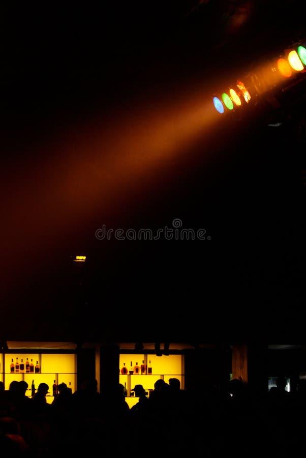 Proiettore giallo per illuminare incandescenza nello scuro fotografie stock