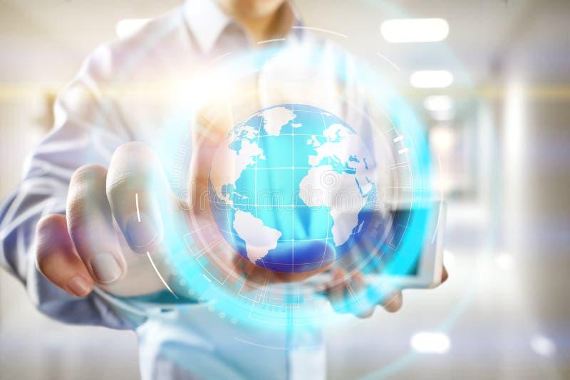 Proiezione dell'ologramma del pianeta Terra sullo schermo virtuale Media misti, comunicazione globale e concetto internazionale d immagini stock libere da diritti