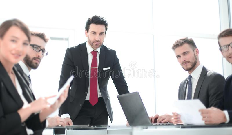 Project manager ad una riunione di lavoro con il gruppo di affari immagini stock