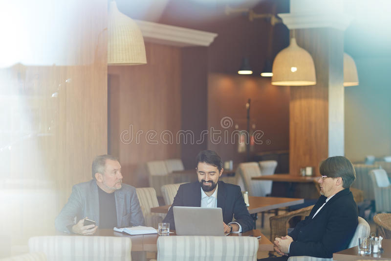 Projectbespreking in Comfortabele Koffie royalty-vrije stock afbeelding