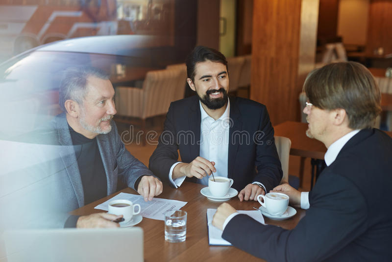 Projectbespreking tijdens koffiepauze royalty-vrije stock foto's