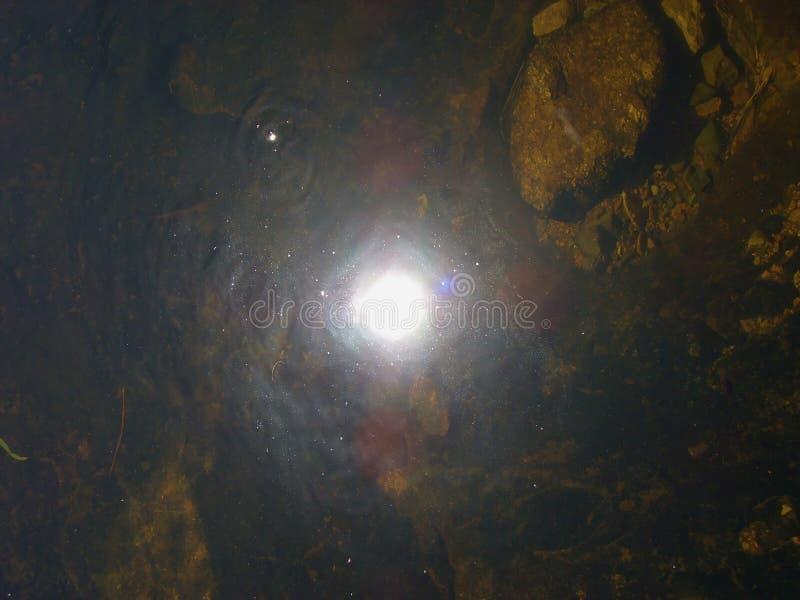 Projecteur dans l'eau photographie stock