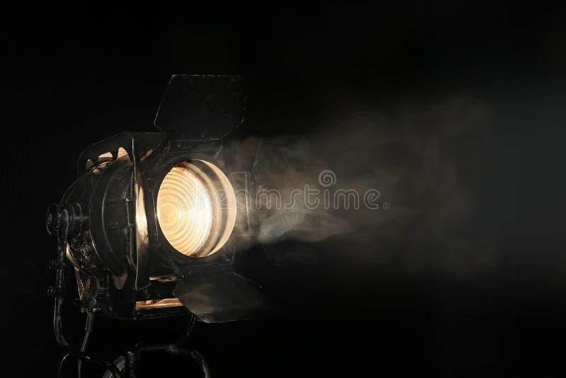 Projecteur dans la brume photographie stock