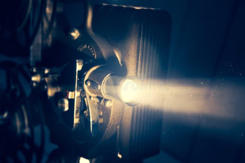 Projecteur de film avec l'éclairage dramatique images libres de droits