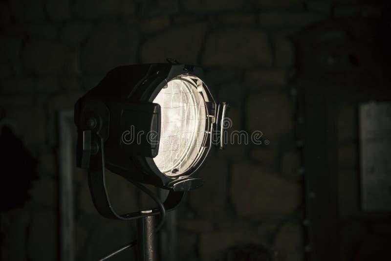 Projecteur de studio dans l'obscurité photos stock