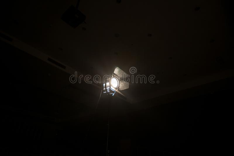 Projecteur de studio employant pour le film de production de fond E images libres de droits