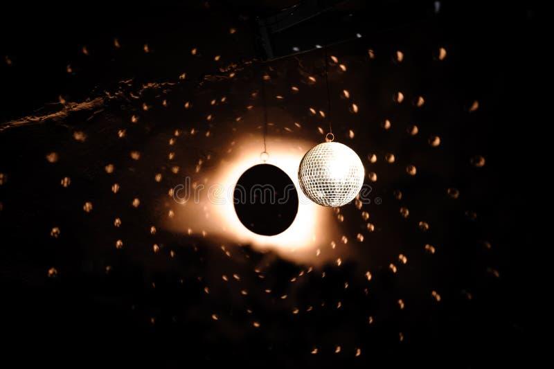 Projecteur sur la boule de disco image stock
