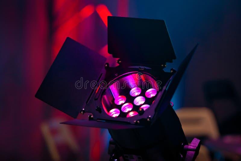 Download Projecteur sur le concert image stock. Image du nuit - 77157173