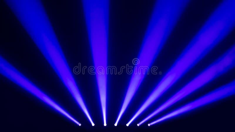 Projecteurs bleus d'étape avec de la fumée image libre de droits