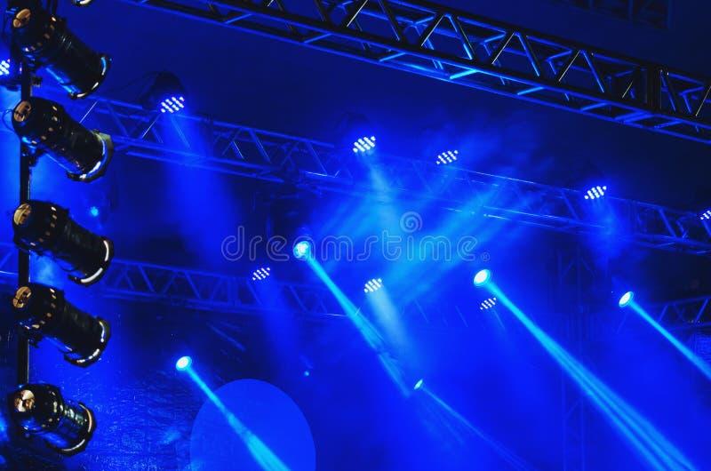 Projecteurs bleus d'une étape avec les canons légers, lumières menées, acier images libres de droits