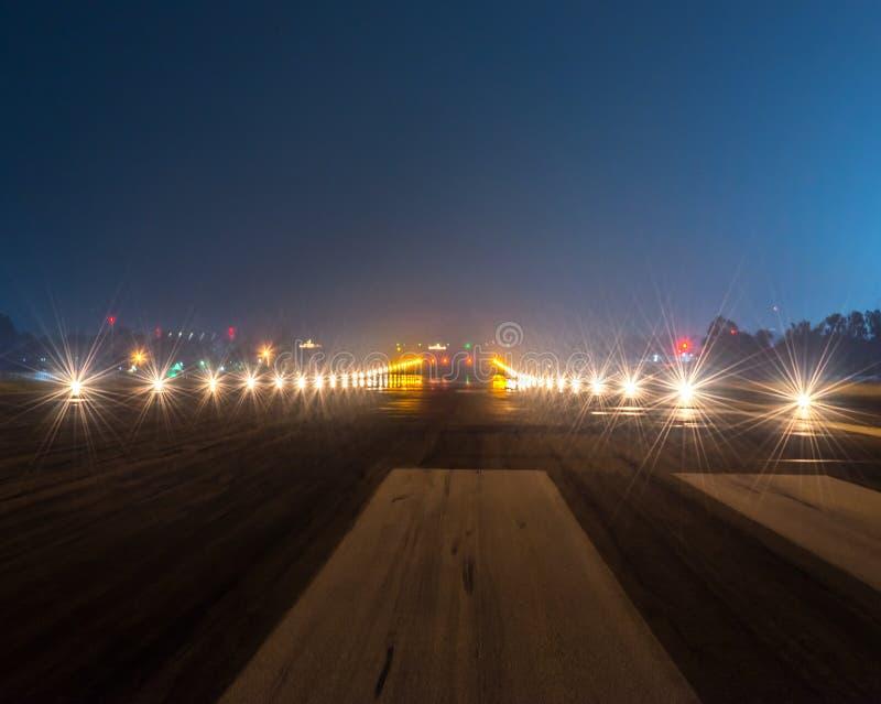 Projecteurs d'atterrissage au plan rapproché de nuit photographie stock