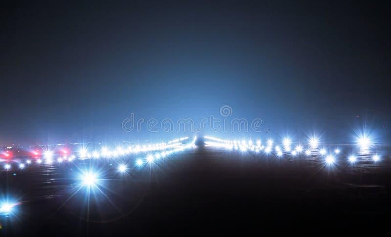 Projecteurs d'atterrissage la nuit image libre de droits