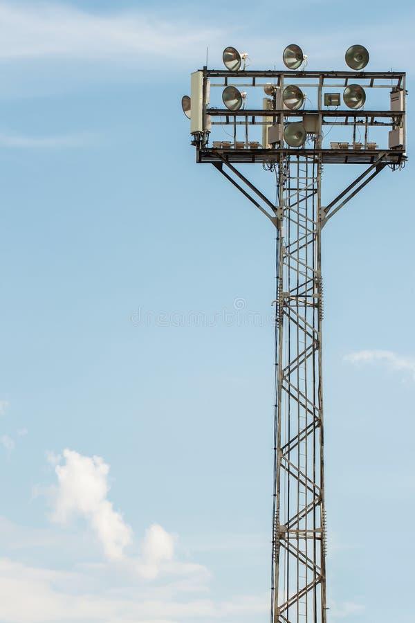 Projecteurs de stade avec le fond de ciel bleu photographie stock