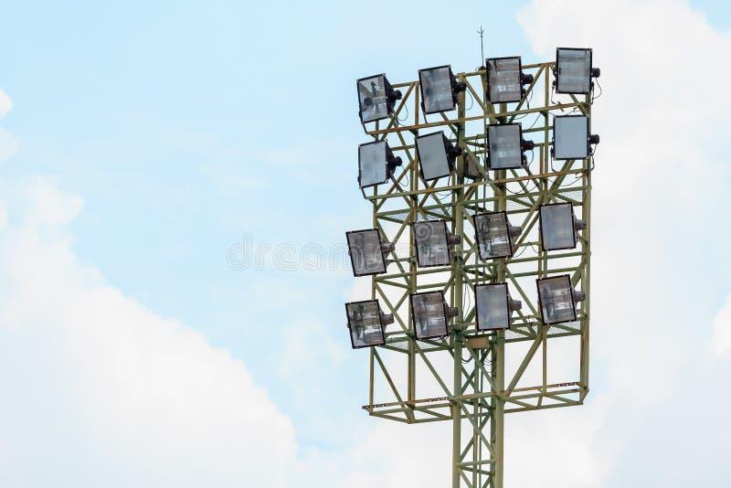 Projecteurs de stade de sport sur un fond nuageux photographie stock