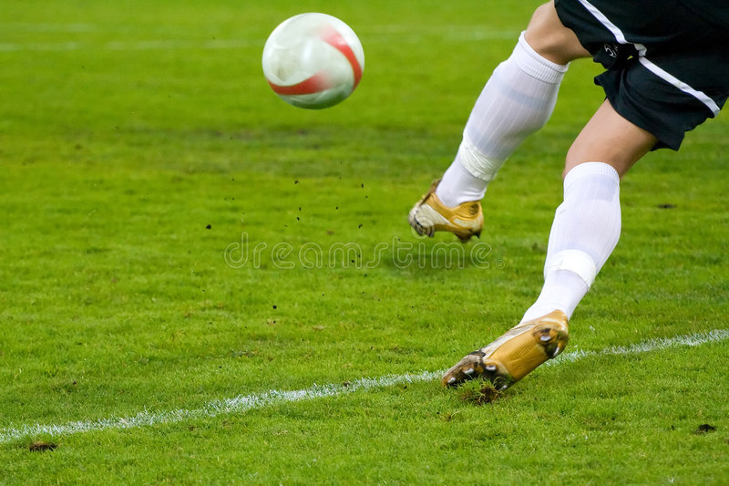 Projectile d'action du football (le football) photographie stock libre de droits