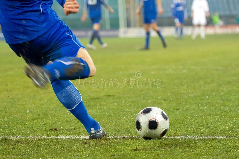 Projectile d'action du football (le football) images stock
