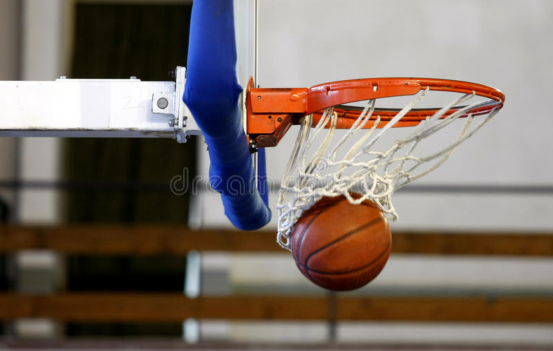 Projectile de basket-ball dans un jeu photos libres de droits
