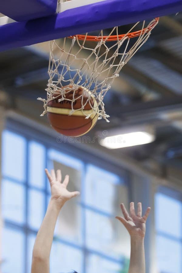 Projectile de basket-ball dans un jeu photos libres de droits