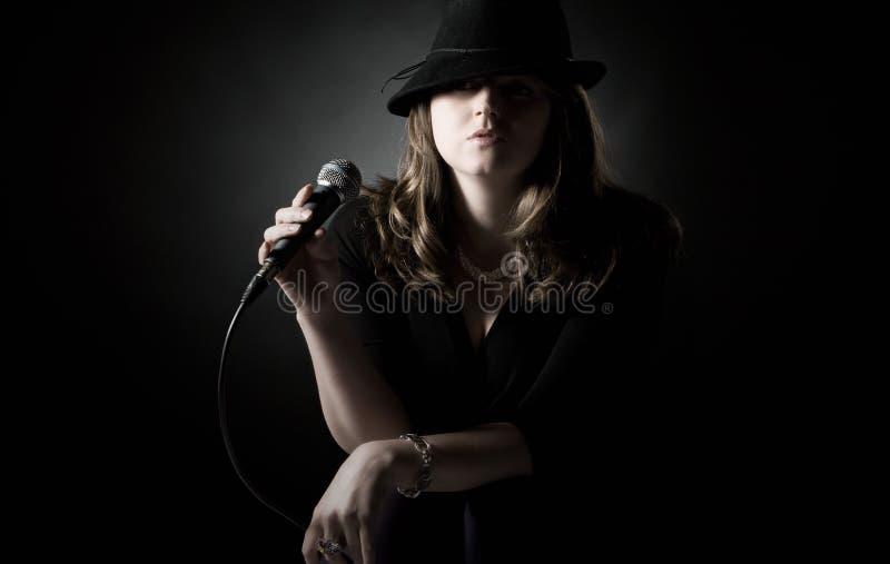 Projectile discret d'un chanteur de jazz photos stock