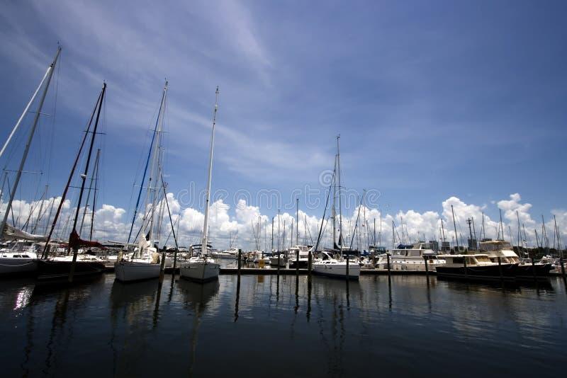 Projectile panoramique d'une marina de yacht image stock