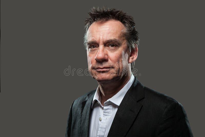 Projectile principal d'homme bel d'affaires dans le procès sur le gris images libres de droits