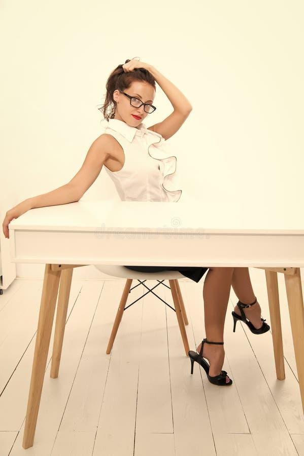 projectleider bedrijfsschoolleraar of student Charmante dame die bij lijst glimlachen Bedrijfs succes Sexy vrouw met royalty-vrije stock afbeeldingen